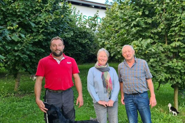 Haselnussbäume mit Familie Mayer